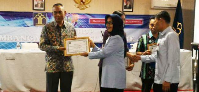 Piagam Penghargaan sebagai Pengelola Jaringan Dokumentasi dan Informasi Hukum (JDIH) terbaik ketiga
