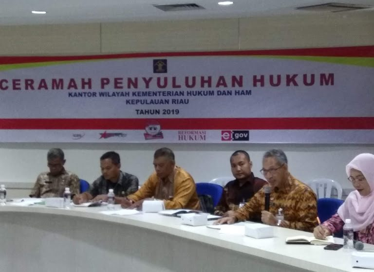Ceramah penyuluhan hukum oleh narasumber Darsyad Kepala divisi Pelayanan Hukum dan HAM